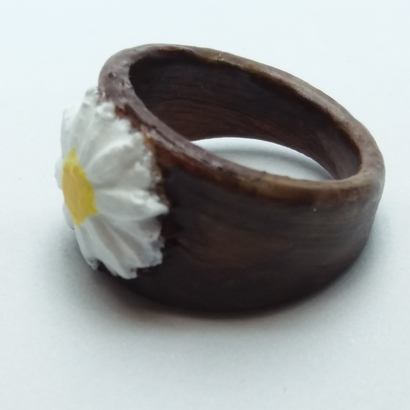 Ring with embedded daisy