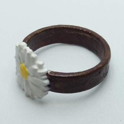 Ring with embossed and overflowing daisy